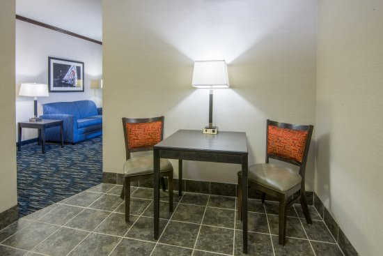 Brook Park, OH: ADA/Handicapped accessible Two Queen Suite living area