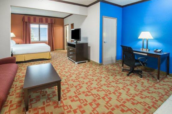 Brook Park, OH: King Suite