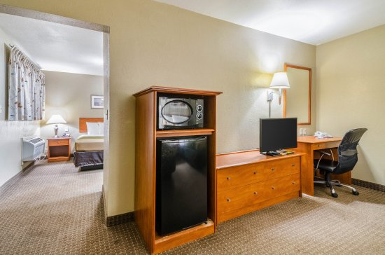 Econo Lodge Inn & Suites I-35 at Shawnee Mission: Suite with three beds