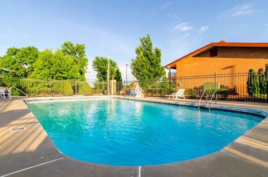 Econo Lodge Inn & Suites I-35 at Shawnee Mission: Pool