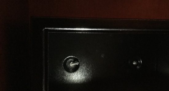 """Tessera, อิตาลี: The shoddy work of """"fixing"""" a new safe. Look at the screw on the left."""