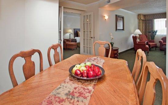 Lenexa, Канзас: Crowne Plaza Kansas City - Overland Park Suite