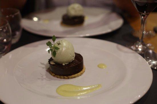 Caderousse, France: dessert : palet au chocolat et glace à la pistache