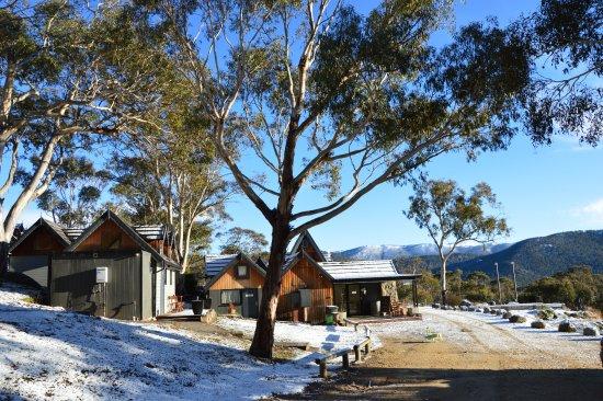 Crackenback, ออสเตรเลีย: Habitat Chalet back side of lodge