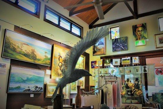 Mount Tamborine, أستراليا: Inside of Capanart Gallery and one of the chicken wire sculptures.