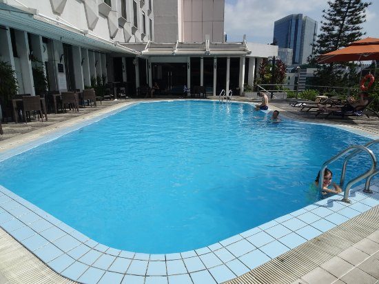 Peninsula Excelsior Hotel: Second pool (not visible from lobby)