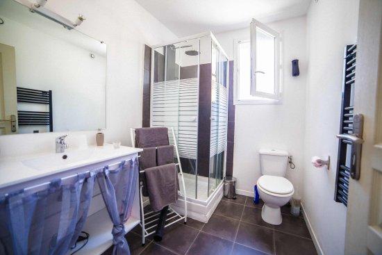 U Passa Tempu : salle de bain avec douche multi jets
