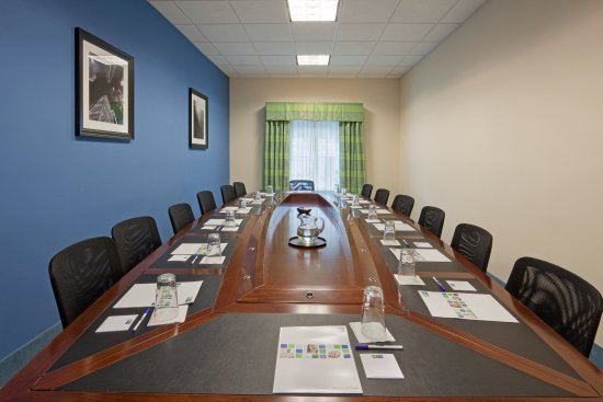 Plainville, MA: 15 person boardroom for your next meeting