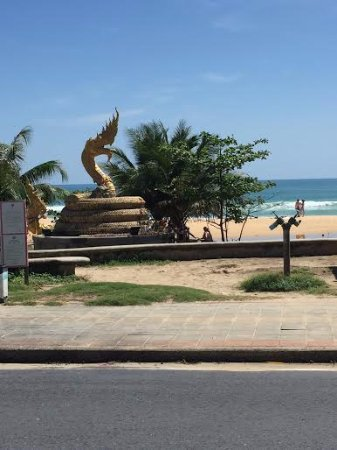 Baan Karonburi Resort: Вид из отеля на пляж