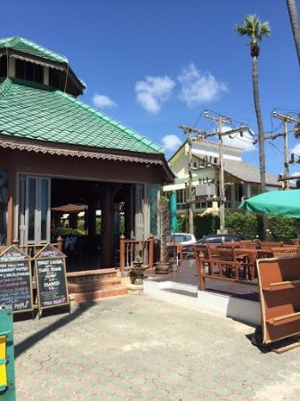 Baan Karonburi Resort: Вид на отель с улицы
