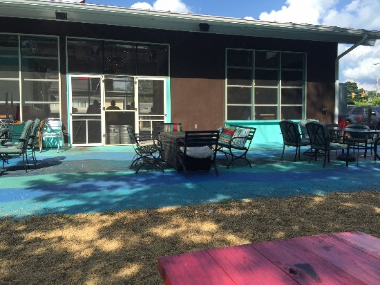 Front Royal, VA: The outside picnic table seating