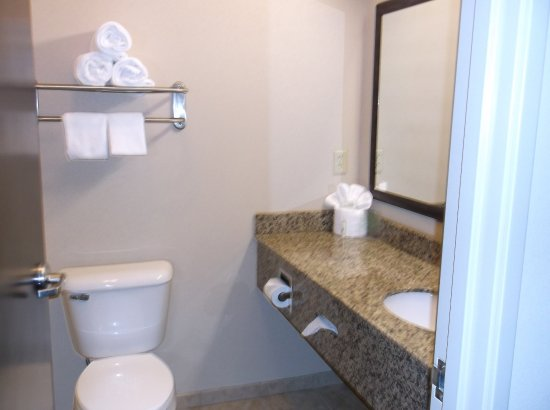 Holiday Inn Express & Suites Fairmont: Guest Bathroom