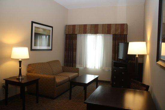 Holiday Inn Express & Suites Fairmont: Executive Room Sitting Area