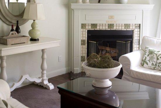 Forestville, CA: Cottage Suite Fireplace