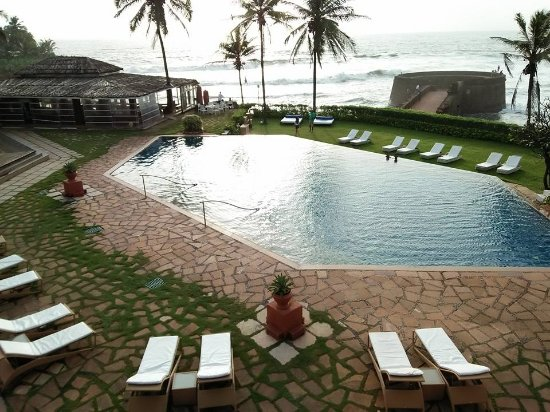 Vivanta by Taj - Fort Aguada, Goa: Small pool but great ver through to the sea view.