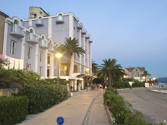 Tivat, Montenegro: Neue Farbe und gösserer Strandbereich
