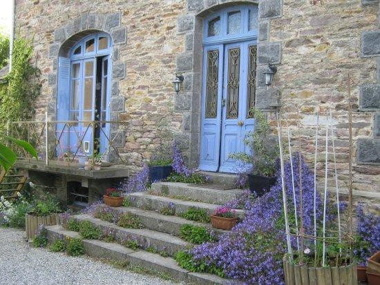 Mur-de-Bretagne, France: A table