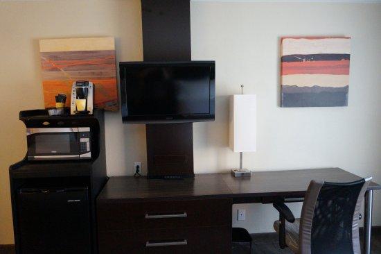 Portsmouth, OH: Desk, Mini Fridge, Microwave, Keurig Coffee Brewer, TV