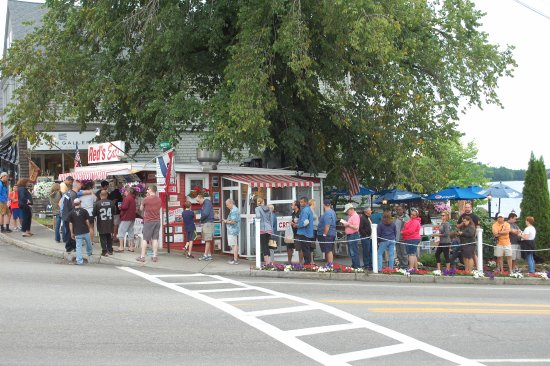 Wiscasset, ME: line at Reds
