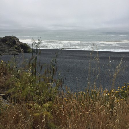 Shelter Cove, Kalifornia: black sands beach. big waves, little caves,  and a lot of beauty.