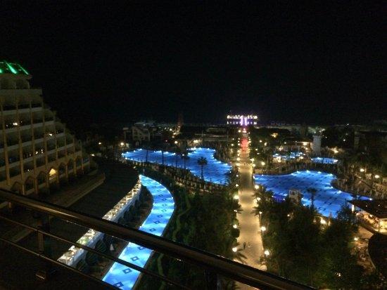 Delphin Imperial Hotel Lara: Gece havuz görünümü.
