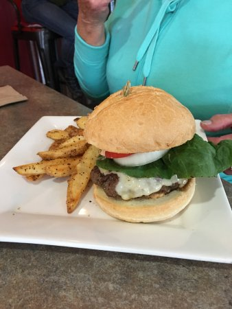 Gallatin Gateway, MT: Burger and chips