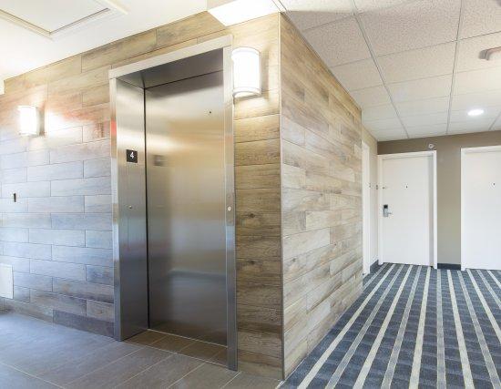 Mont Laurier, Canada : Corridor et ascenseur