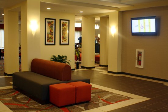 Holiday Inn Express and Suites - Bradford: Hotel Lobby