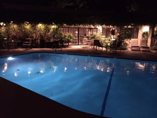 East Canyon Hotel and Spa: Pool at night