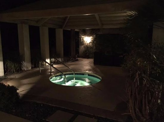 East Canyon Hotel and Spa: Jacuzzi at night