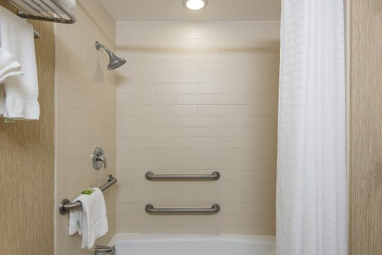 Plainsboro, Νιού Τζέρσεϊ: Guest Bathroom with Tub, Available in Select Rooms