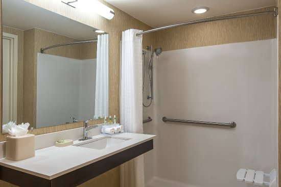 Plainsboro, Νιού Τζέρσεϊ: Guest Bathroom with Roll In Shower
