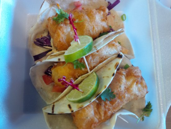 Grimsby, Canada: Fish Tacos with a delicious sauce, cabbage tomatos, green oignons and Fresh Cilantro