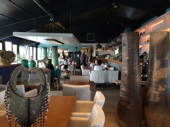 Hoek van Holland, Países Bajos: Als je aan komt lopen de strandclub aan de voorkant Het restaurant van binnen