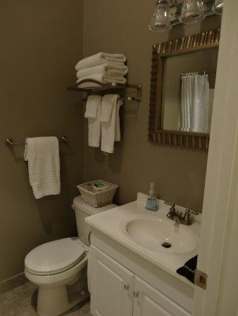 Beacon Hotel Oswego : Badezimmer im angepassten Stil