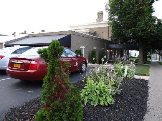 Beacon Hotel Oswego : Blick vom Parkplatz auf das Hotel