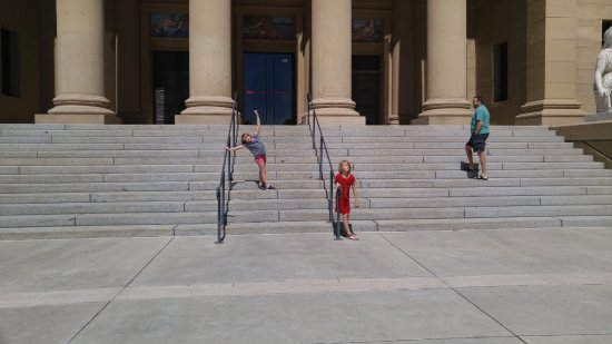 Cantor Arts Center: Kids getting the wiggles out before going in.