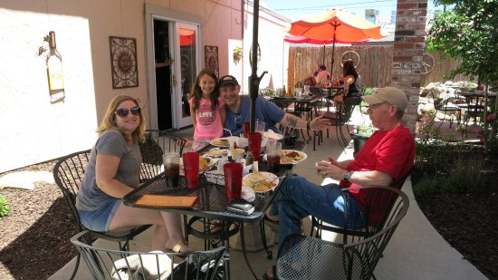 Oliva's Kitchen: We ate outside on the patio...beautiful day!