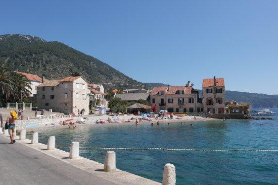 hotel Bisevo: Plaża po drugiej stronie portu.