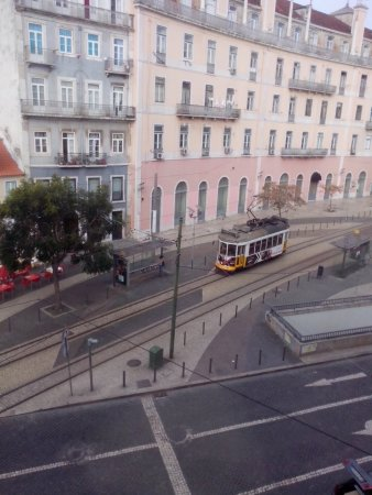 Jardim de Santos Hostel : The yellow tram