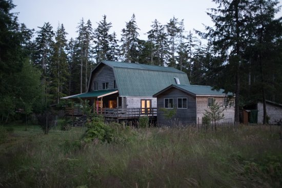 Tlell, Kanada: The outside of the B&B at dusk