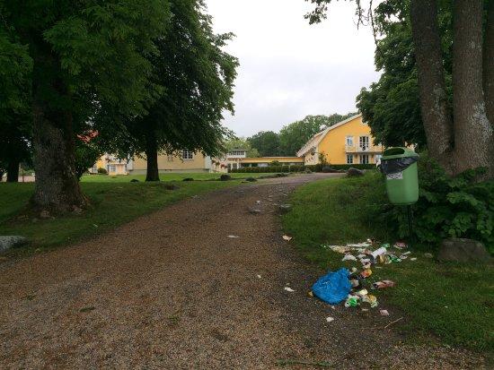 Vargon, Zweden: Utrivelig syn på parkeringsplassen utenfor vårt rom