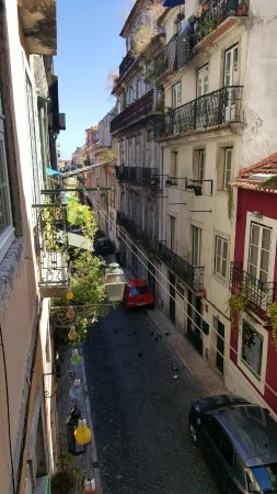 Alface Hostel Lisboa: Vista da rua do hostel