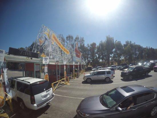 ซานตาแคลริตา, แคลิฟอร์เนีย: Entrada do estacionamento e o sol já pegando fogo as 10hs da manhã