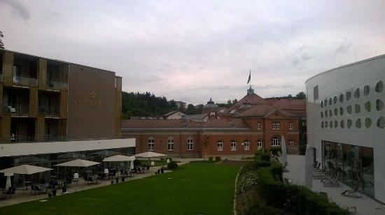 Bad Elster, Alemania: Bild aus dem Zimmer: links Speisesaal, vorne Albertbad, rechts Solebad mit Saunen