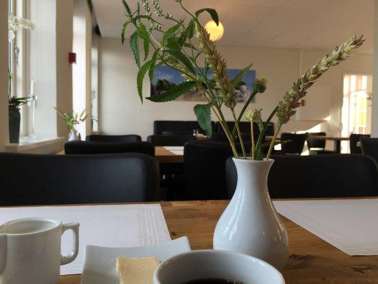 Stege, Denmark: Im Hotelhof ist jeden Freitag 17 - 20 Uhr Sommerjam. Eintritt frei. Schöne Aussicht, nicht nur a