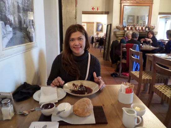 Constantia, Zuid-Afrika: Enjoying chocolate cake at Jonkershuis Restaurant.