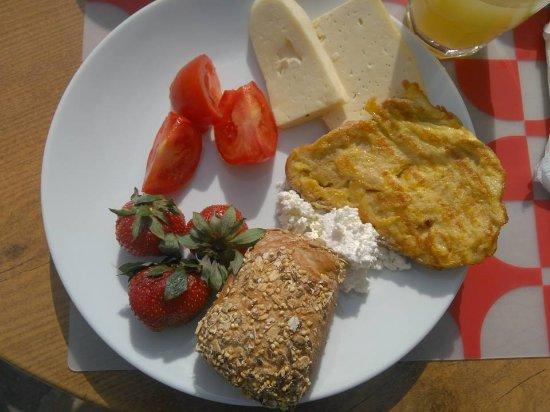 Betsy's Hotel: Грузинский завтрак на солнечной террасе.