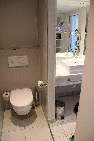 Fuerth, Γερμανία: Rechts das separate Waschbecken. Links wäre die Badewanne mit Dusche.