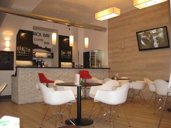 Adeba Hotel: Снэк бар